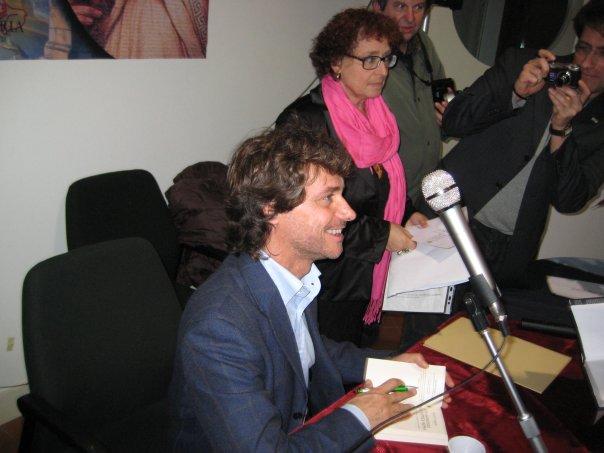 Nome:   Alberto Angela firma il libro a Fede.jpg Visite:  73 Grandezza:  45.4 KB