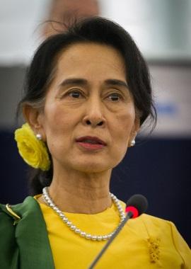 Nome:   Aung_San_Suu_Kyi_Strasbourg_gest.jpg Visite:  45 Grandezza:  29.6 KB
