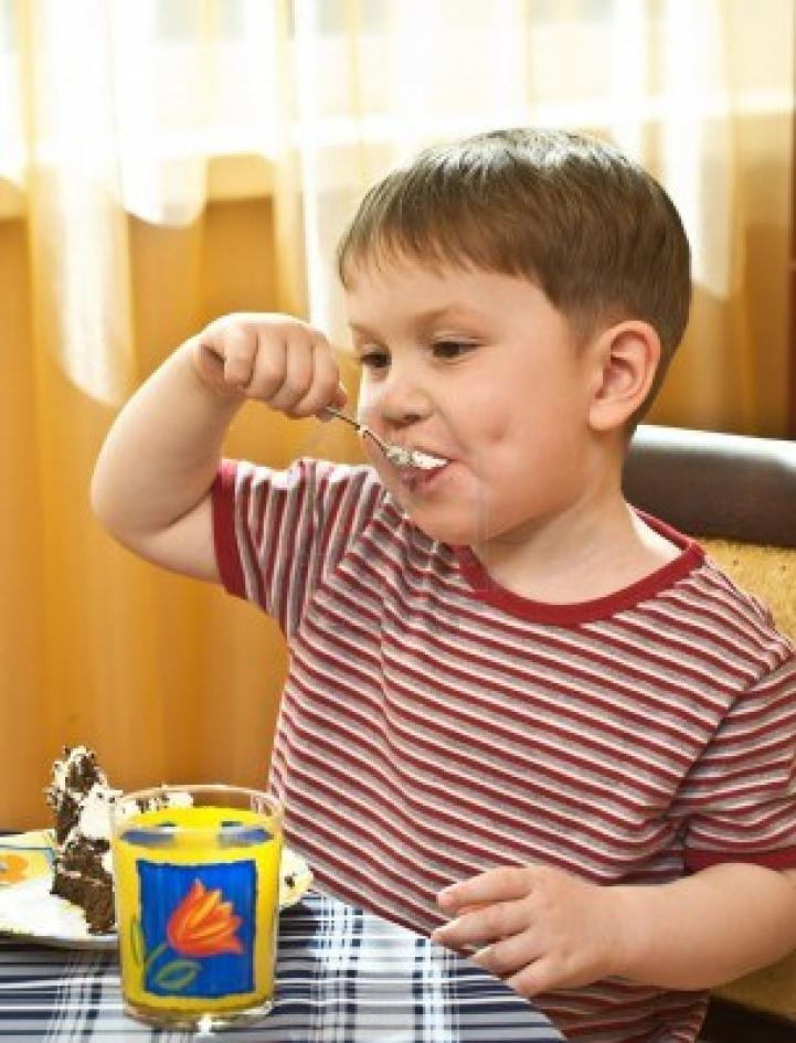 Nome:   bambino-mangia-una-torta.jpg Visite:  111 Grandezza:  93.2 KB